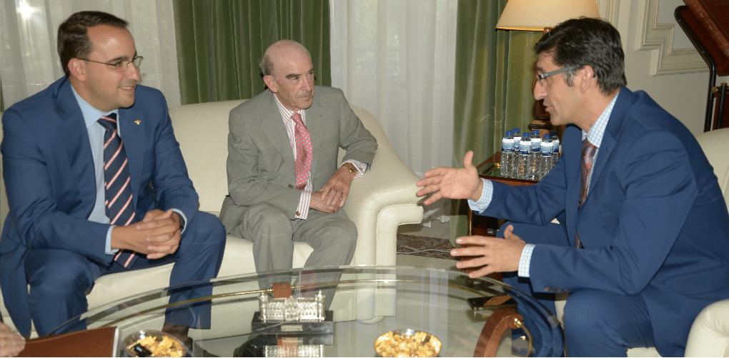 El presidente de la Diputación se interesa por el apoyo de Globalcaja al sector empresarial