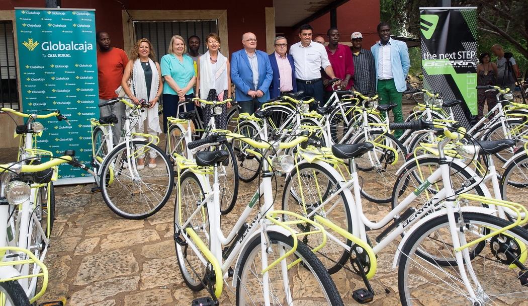 """El Gobierno regional, Berria Bike, Globalcaja y Medicus Mundi se unen para facilitar transporte a los usuarios del Centro de Acogida Temporal """"El Pasico"""""""