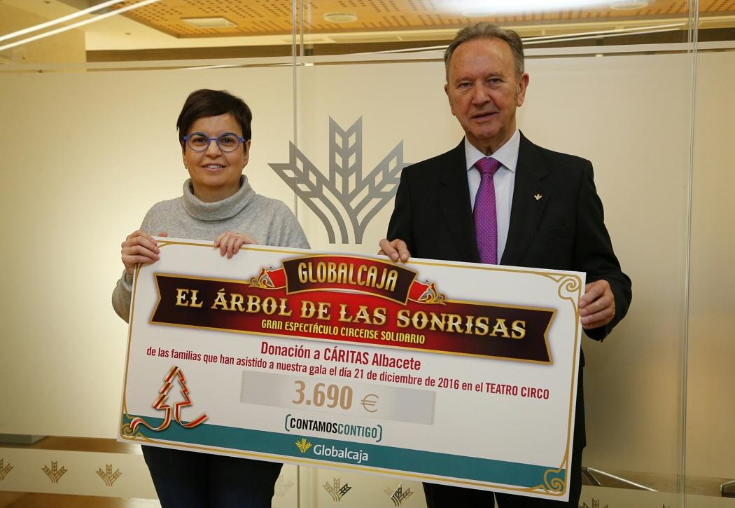 """Globalcaja hace entrega de la recaudación de """"El Árbol de las Sonrisas"""" a Cáritas de Albacete"""