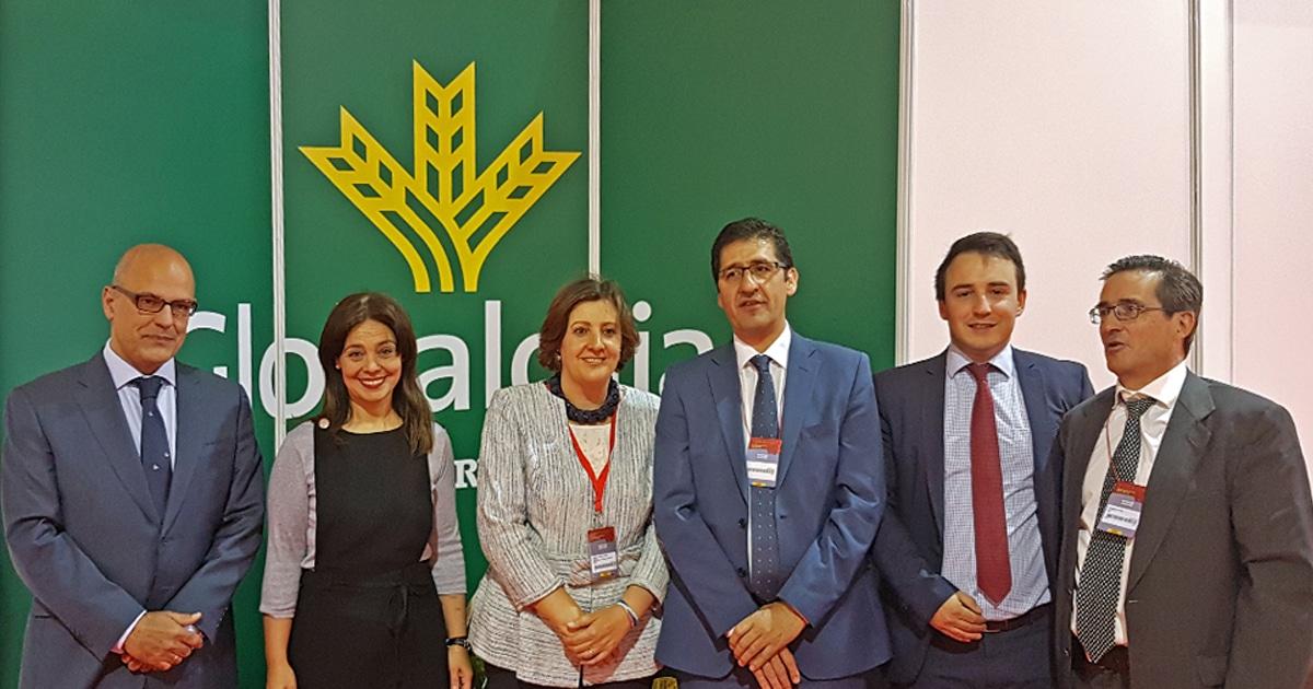 La consejera de Economía, Empleo y Empresas de Castilla La Mancha visita Globalcaja en Fenavin