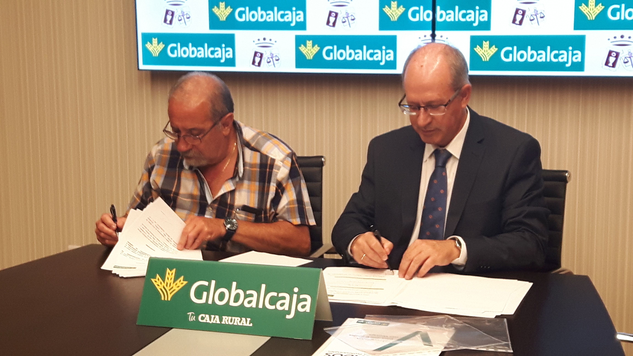 https://blog.globalcaja.es/wp-content/uploads/2017/07/foto-firma-convenio-regional-procuradores.jpg