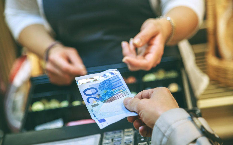 ¿Sabías que… existe un límite de dinero en efectivo con el que puedes viajar?