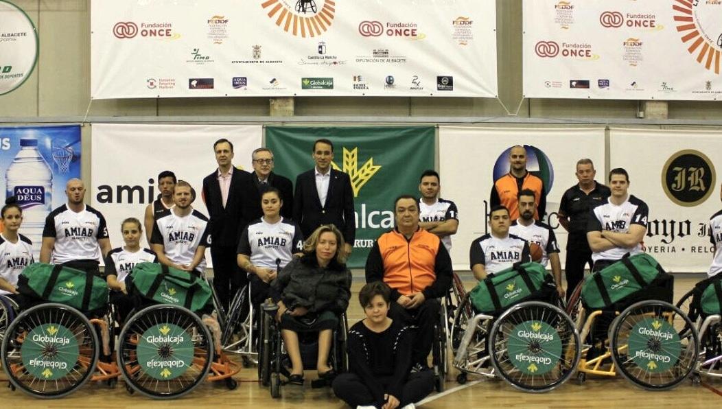 Globalcaja entrega seis sillas de ruedas a AMIAB.