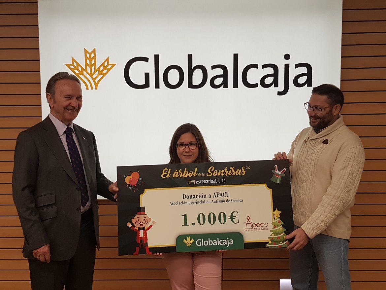 """Globalcaja entrega a Apacu el premio del Concurso Fotográfico Regional """"ElÁrbol de Las Sonrisas"""" con fines solidarios"""