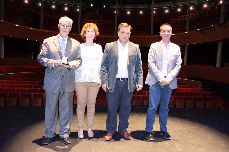 La Fundación Globalcaja Albacete recibe una medalla conmemorativa del Teatro Circo por su apoyo a la cultura