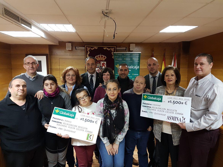 """Globalcaja entrega la recaudacion de la """"Bicicleta Solidaria"""" a las Asociaciones Cadi Xabeca y Asminal de Almadén"""