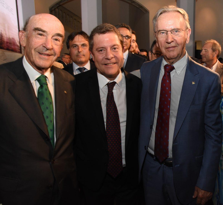 El Presidente de Globalcaja, Carlos de la Sierra, felicita a Emiliano García Page en la toma de posesión como Presidente De C-LM